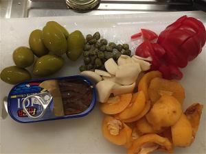 Oliver, kapris, tomat, sardell, vitlök och nespole